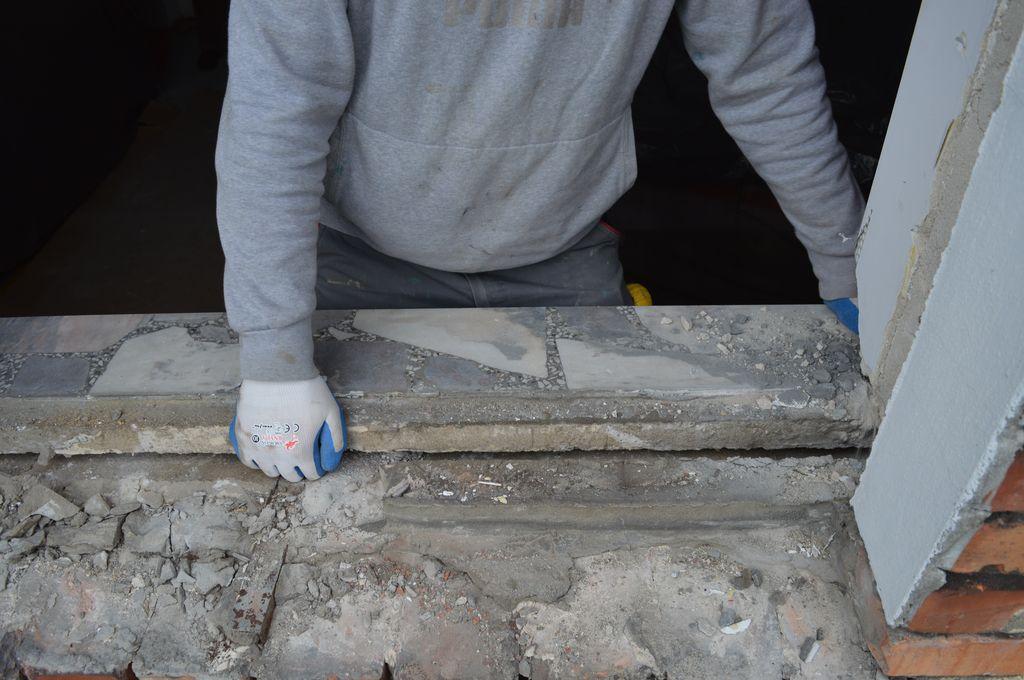 14. Usuwanie kamiennego parapetu wewnętrznego z ościeża okna.