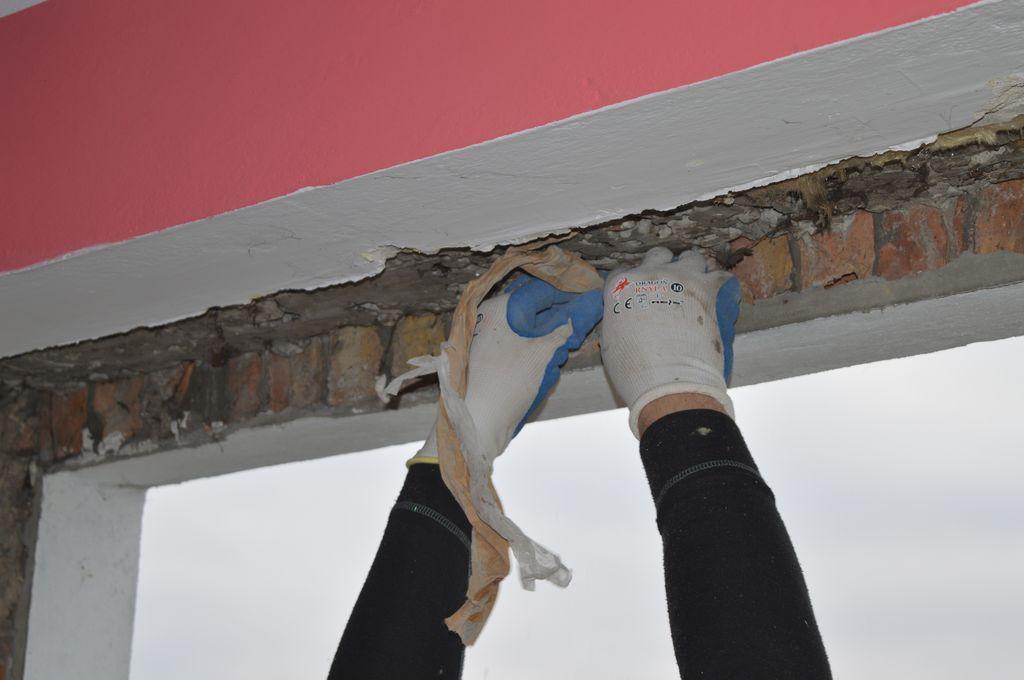17. Oczyszczanie wewnętrznych płaszczyzn ościeży i węgarka z pozostałości fragmentów starych uszczelnień.