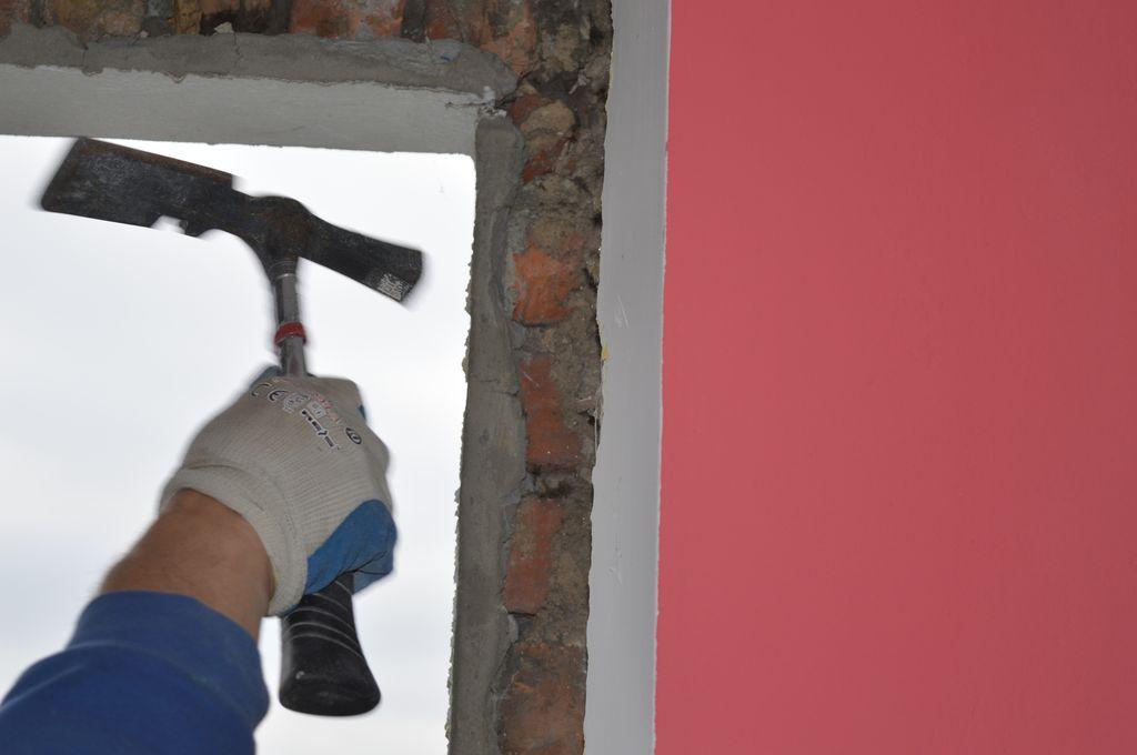 18. Oczyszczanie wewnętrznych płaszczyzn ościeży i węgarka z pozostałości gruzu, luźnych kawałków tynku, pyłu i kurzu.