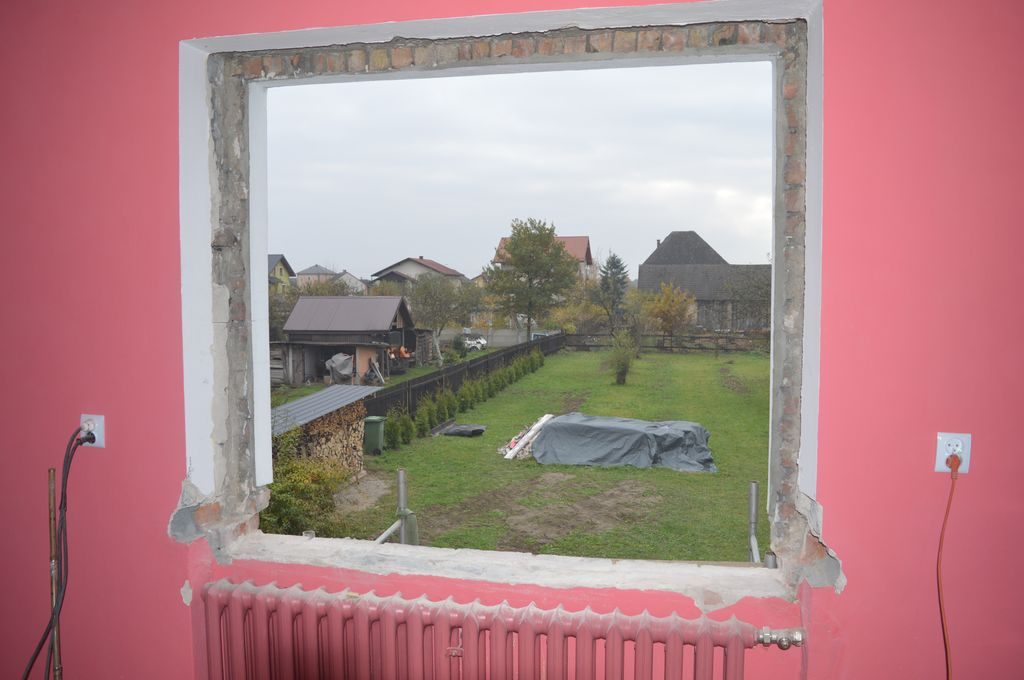 19. Otwór okienny po zakończeniu demontażu okna oraz parapetów i podwalin pod parapety.
