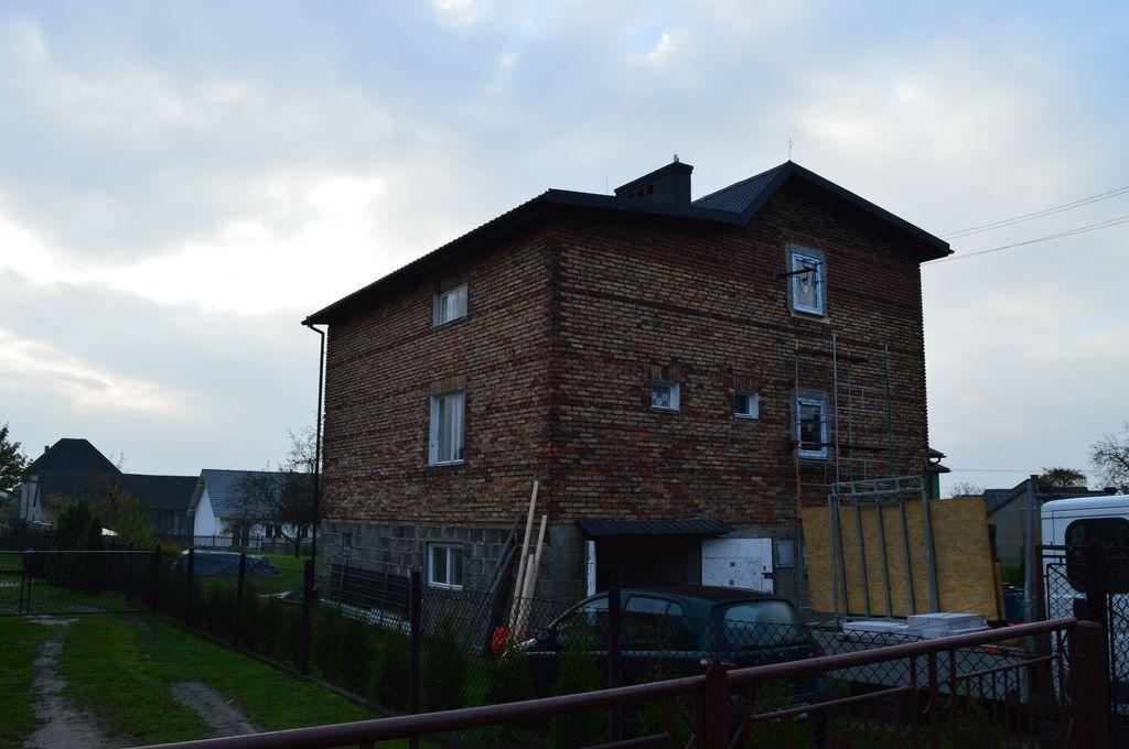 1. Trzykondygnacyjny budynek mieszkalny wzniesiony w technologii muru warstwowego 3W z pustką powietrzną.