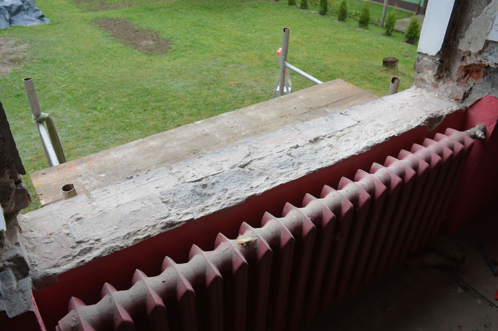 20. Próg ościeża okna po zakończeniu demontażu okna oraz parapetów i podwalin pod parapety.
