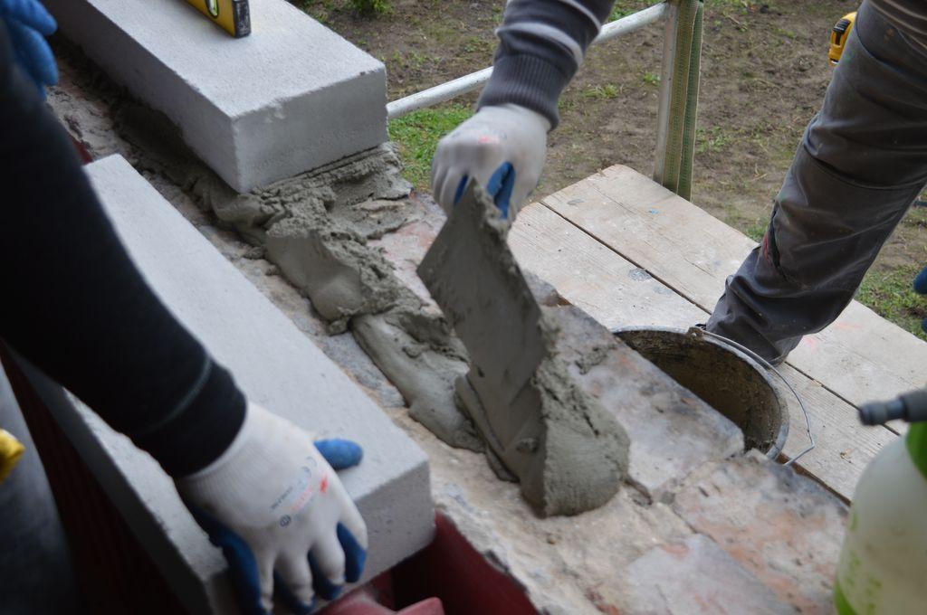 """21. Odbudowa progu ościeża okna do wysokości montażu """"ciepłego parapetu"""" przy użyciu bloczków betonu komórkowego."""