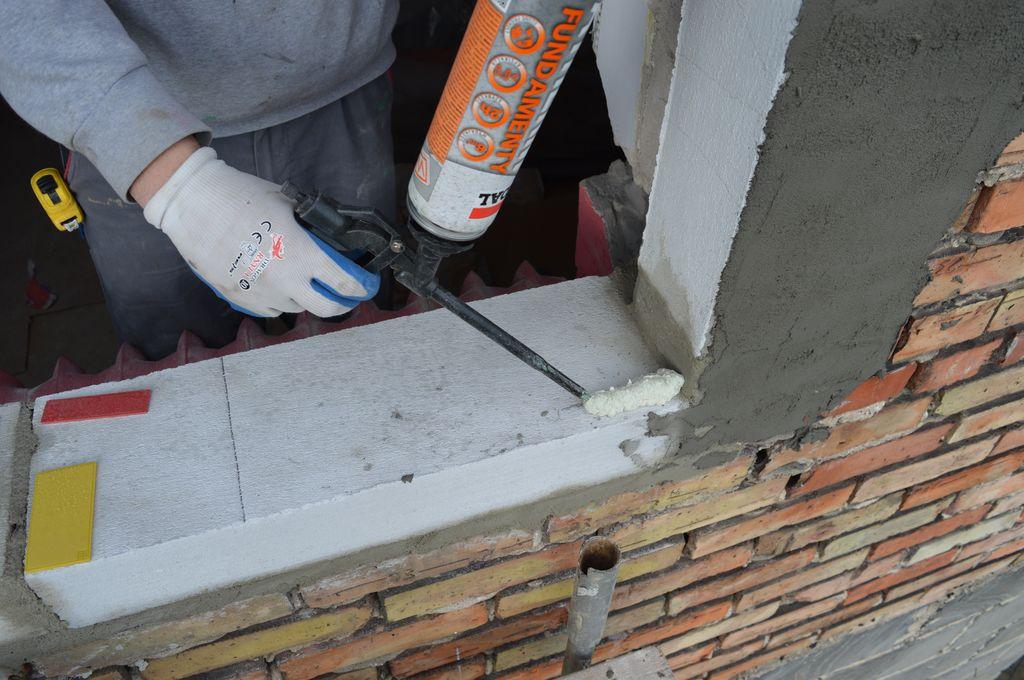 """25. Aplikacja kleju poliuretanowego w piance jako mocowania """"ciepłego parapetu"""" w progu ościeża okna."""