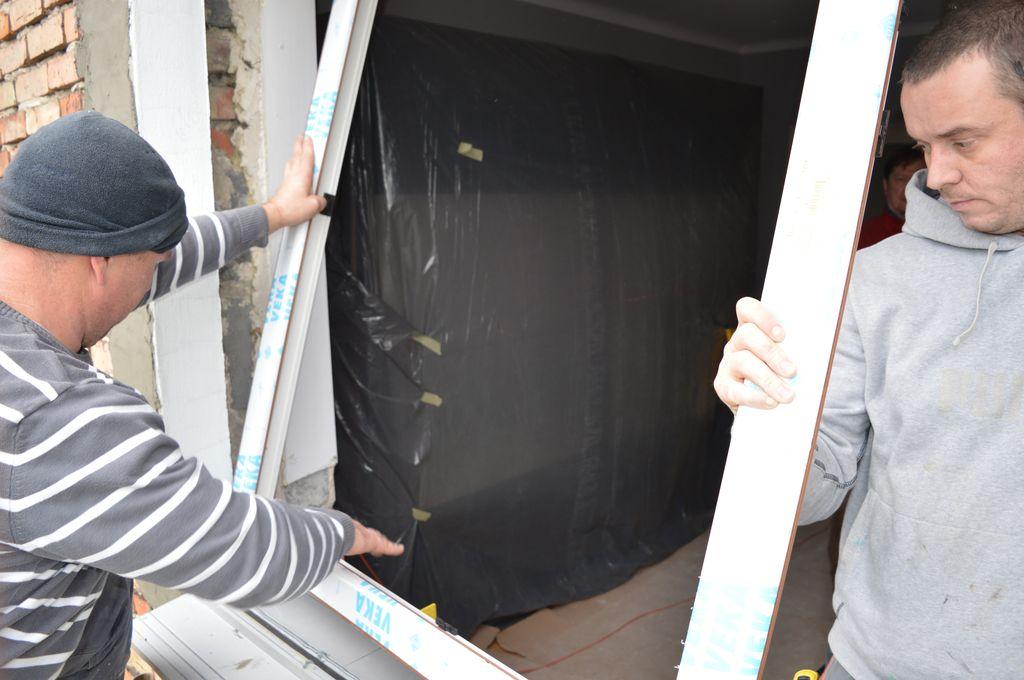 """27. Ustawianie ramy ościeżnicy okna z PVC-U na stopie nośnej """"ciepłego parapetu""""."""