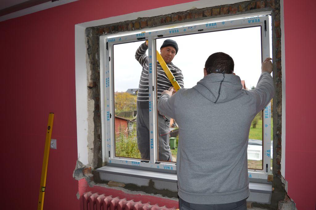"""28. Pozycjonowanie okna z PVC-U osadzonego na stopie nośnej """"ciepłego parapetu"""" w otworze ościeża."""