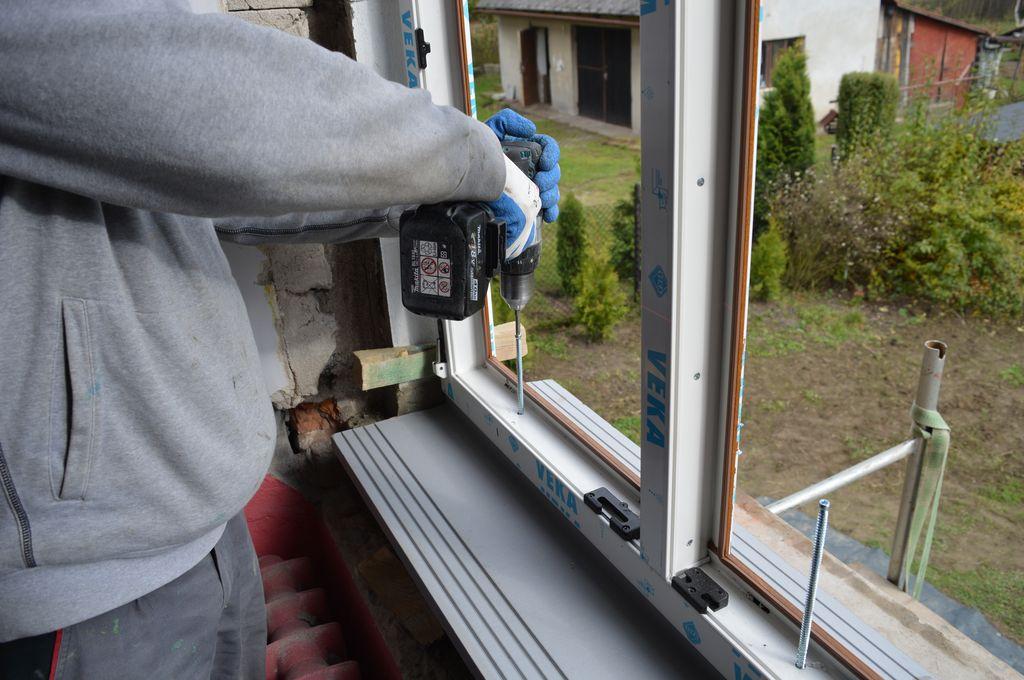 29. Mechaniczne mocowanie progu okna do ościeża przy użyciu śrub ramowych.