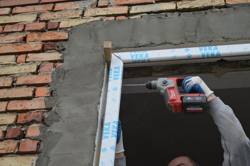 30. Mechaniczne mocowanie stojaków ościeżnicy okna do ościeża przy użyciu śrub ramowych.