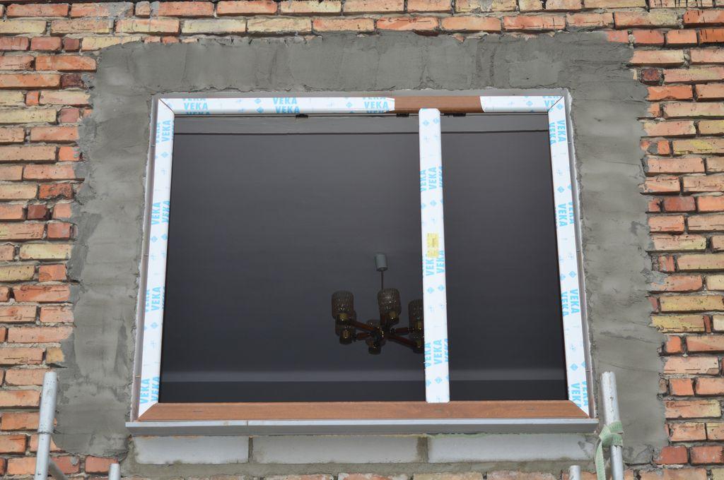 """31. Okno PVC osadzone na """"ciepłym parapecie"""", zamocowane mechanicznie w świetle węgarków ściany osłonowej z klinkieru."""