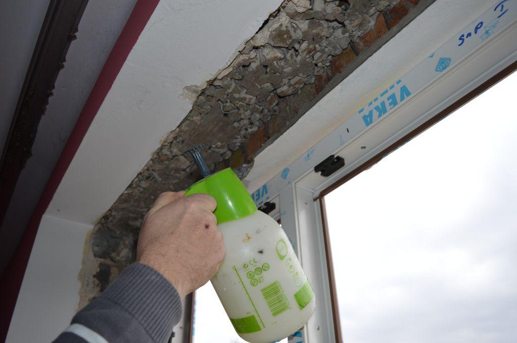 32. Przygotowanie powierzchni szczelin dylatacyjnych wokół okna do aplikacji pianki PUR.