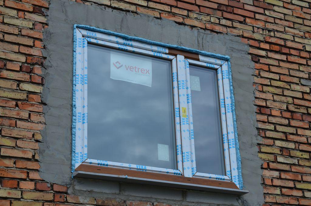 35. Warstwa termoizolacji wykonana z wysokoelastycznej pianki PUR wokół okna PVC – strona zewnętrzna.