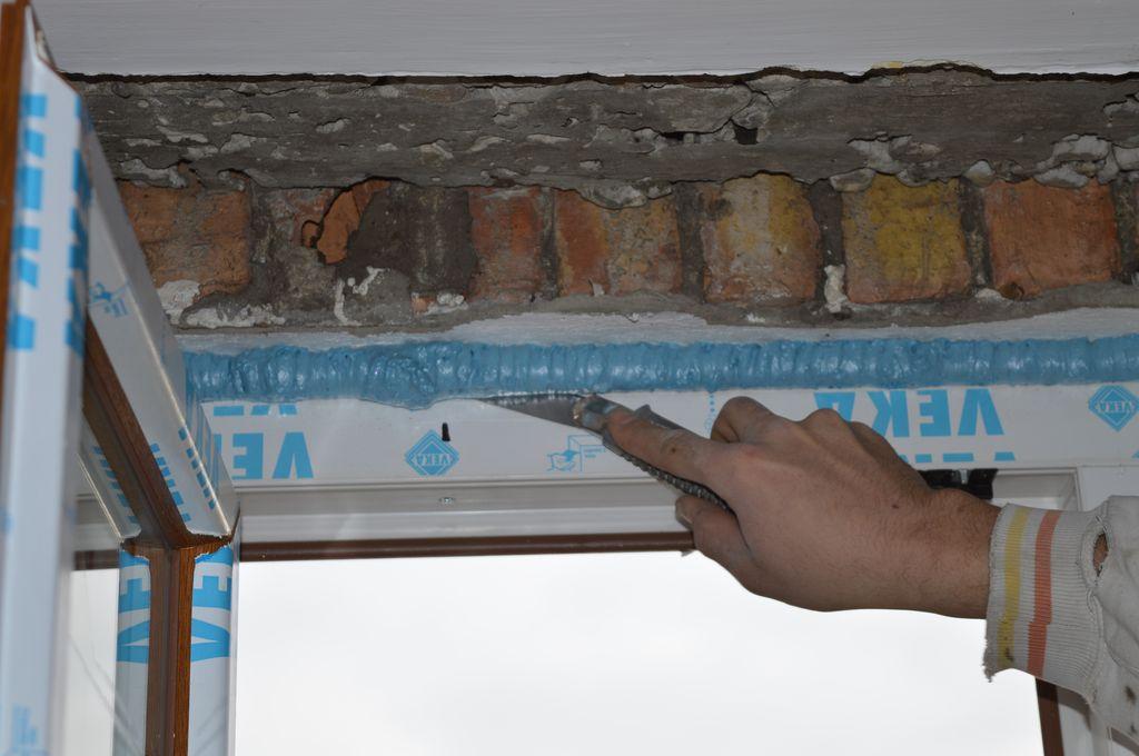 37. Wyrównywanie płaszczyzny warstwy termoizolacji poprzez usuwanie nadmiaru pianki PUR – strona wewnętrzna.
