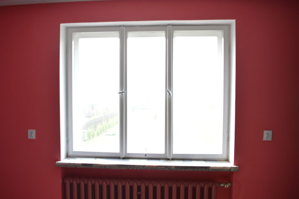 4. Trójdzielne drewniane okno skrzyniowe osadzone za linią węgarka w murze warstwowym 3W widok od strony pomieszczenia.