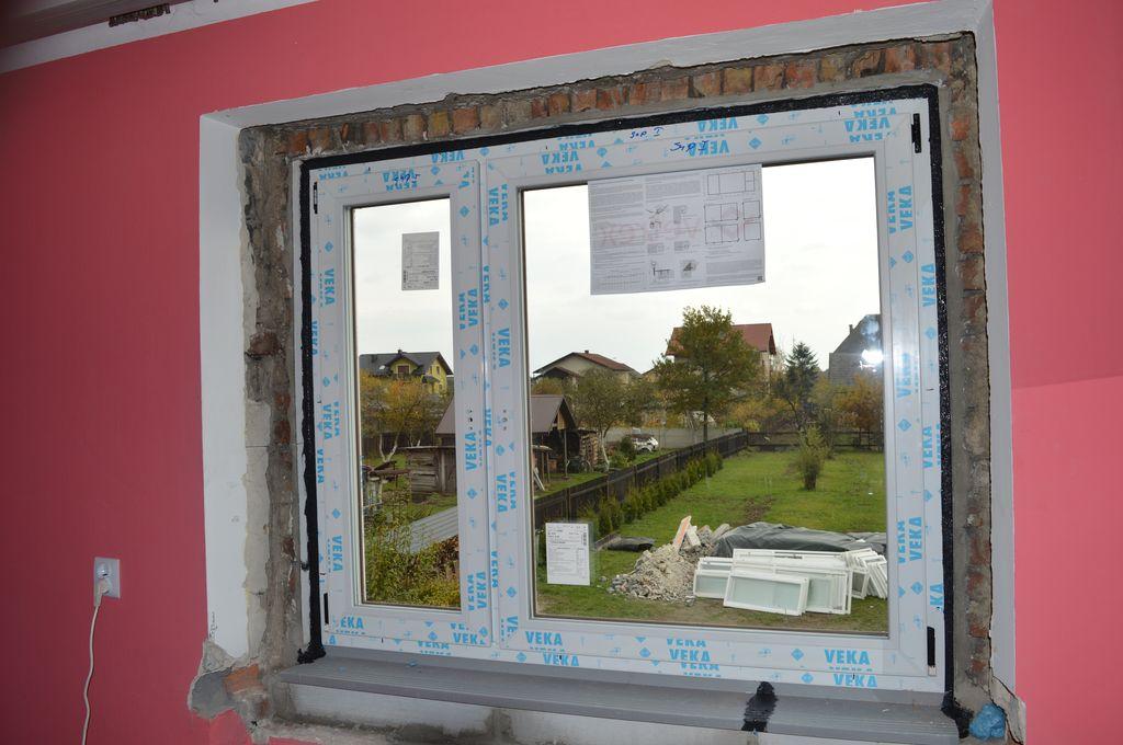 40. Okno z PVC z uszczelnieniem warstwy termoizolacji powłoką uszczelniającą – strona wewnętrzna.