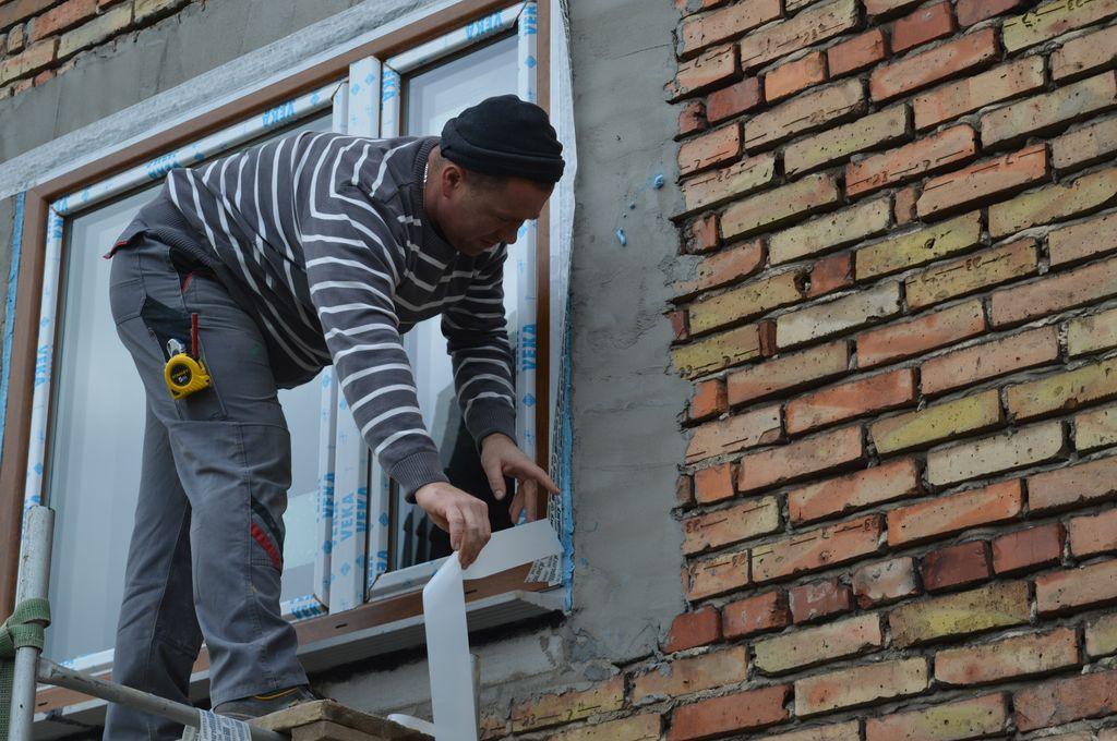 43. Uszczelnienie warstwy termoizolacji wokół okna PVC od strony zewnętrznej przy użyciu wodoodpornej, paroprzepuszczalnej folii izolacyjnej.