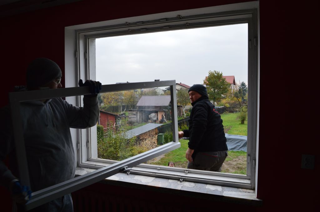 5. Pierwszy krok demontażu okna podczas wymiany. Rozłączenie okuć i zdjęcie skrzydeł okiennych.