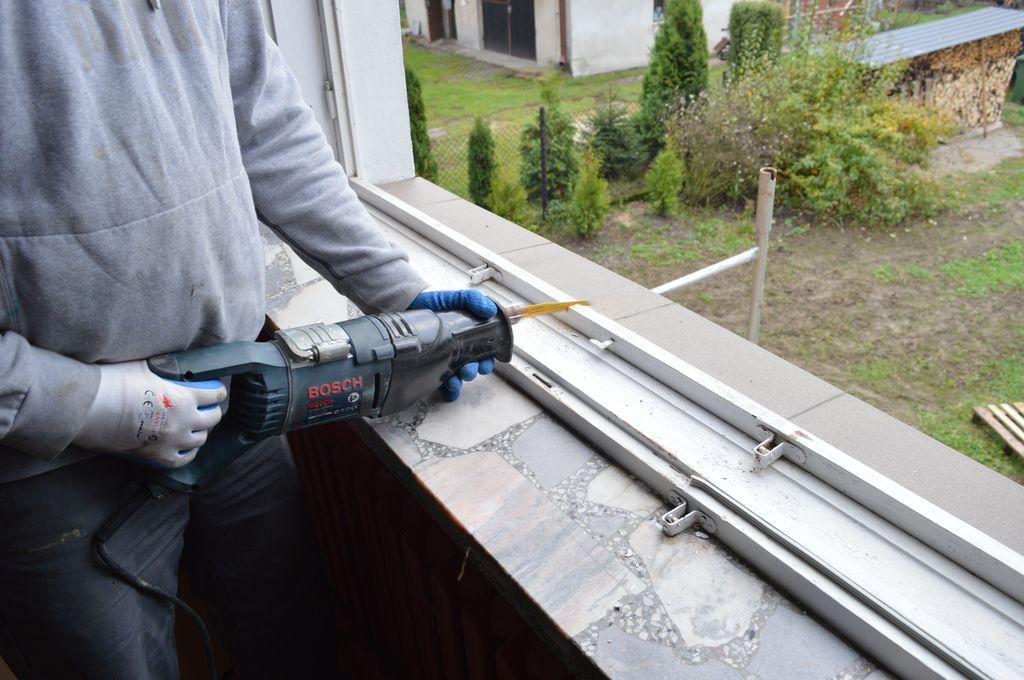 6. Cięcie ramy ościeżnicy okna drewnianego podczas wymiany