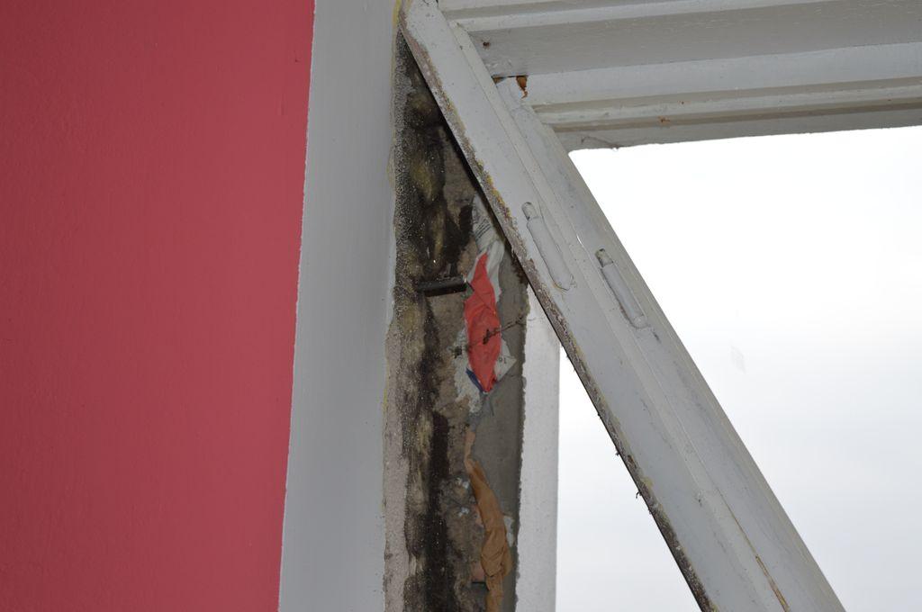 8. Demontaż wyciętego fragmentu drewnianej ramy ościeżnicy okna podczas wymiany.
