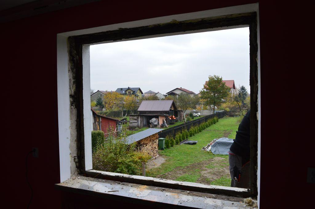 9. Otwór okienny po demontażu okna skrzyniowego. Widoczna linia węgarków i zewnętrznej wylewki podparapetowej.