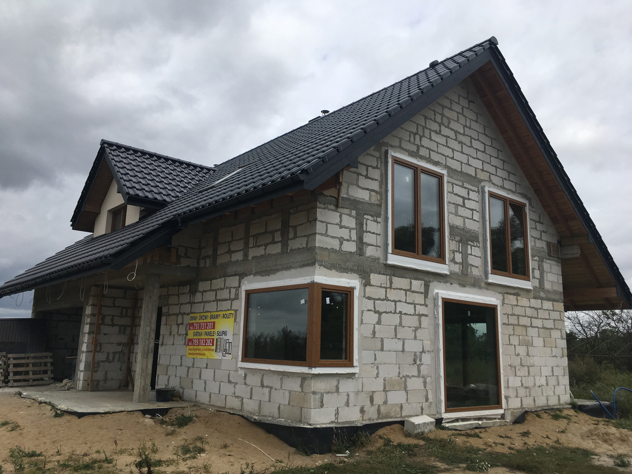 Dom z oknami zamontowanym na profilu montażowym ECO-TERM