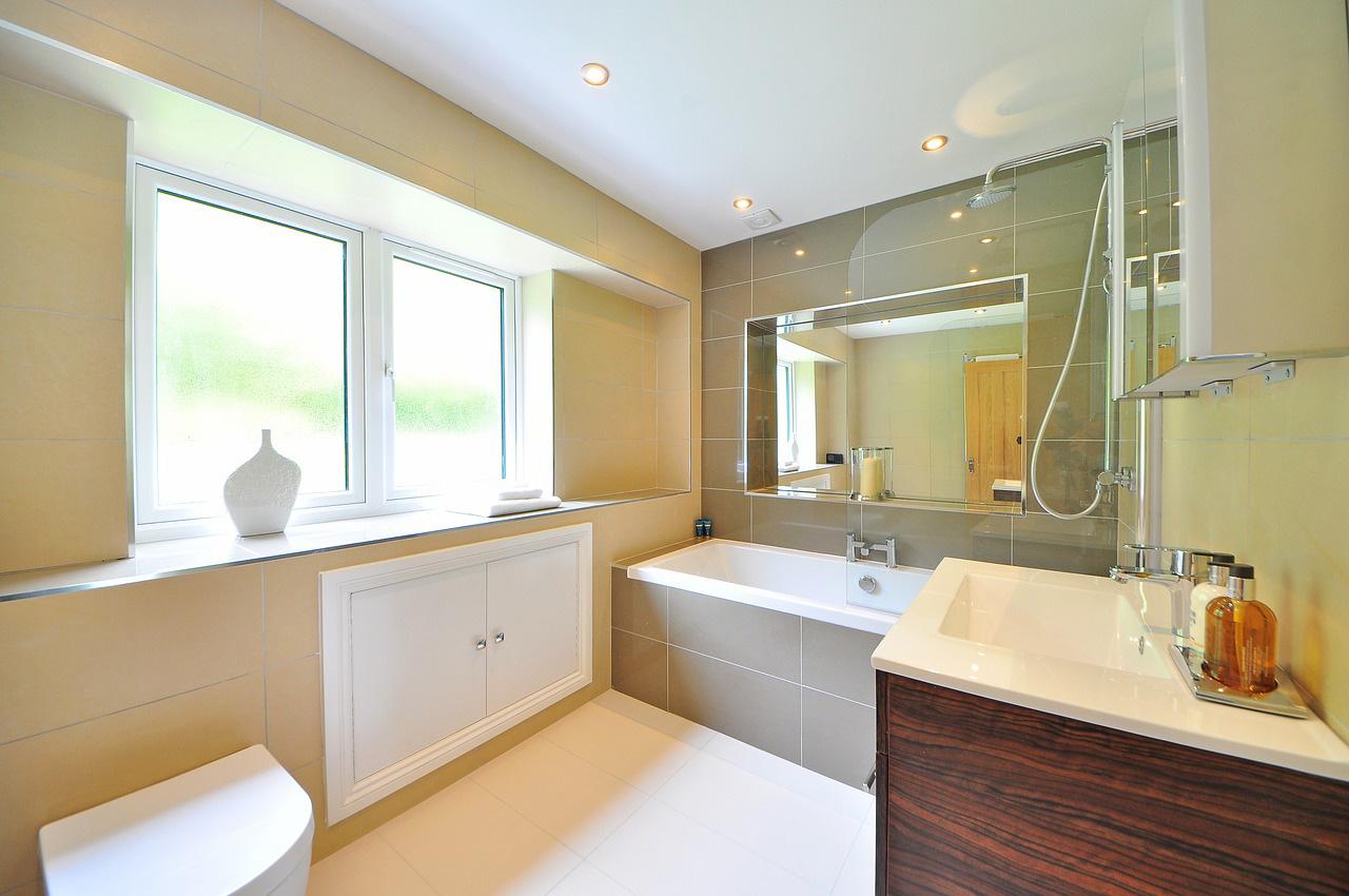 Łazienka z oknem wyposażonym w szybę o ograniczonej przezierności