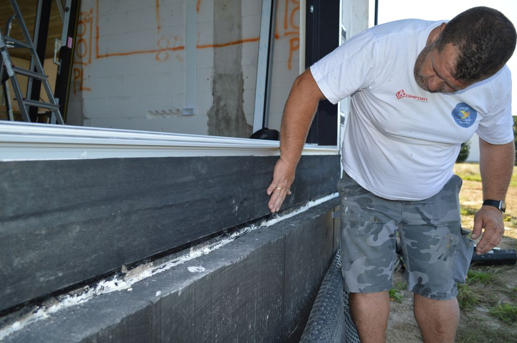 Zewnętrzne, wodoodporne, paroprzepuszczalne uszczelnienie połączenia drzwi balkonowych HST przy użyciu fartucha EPDM