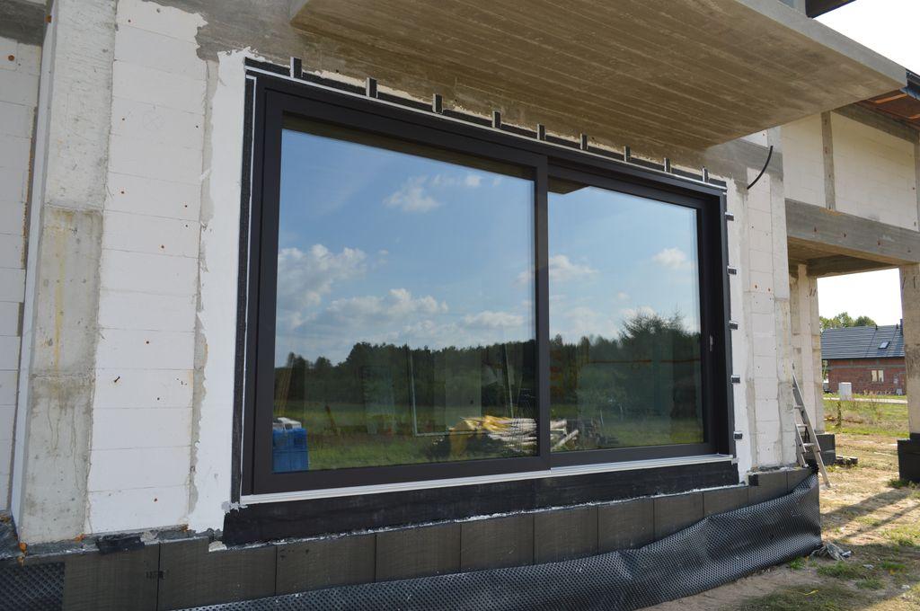 Antywłamaniowe drzwi balkonowe HST prawidłowo zamontowane w ścianie konstrukcyjnej z betonu komórkowego – widok od strony elewacji