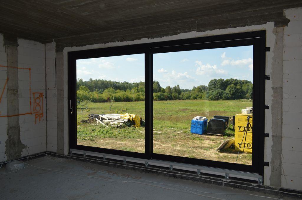 Antywłamaniowe drzwi balkonowe HST prawidłowo zamontowane w ścianie konstrukcyjnej z betonu komórkowego – widok od wnętrza budynku