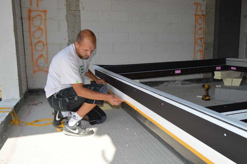 Montaż folii izolacyjnych na ramie ościeżnicy drzwi balkonowych HST