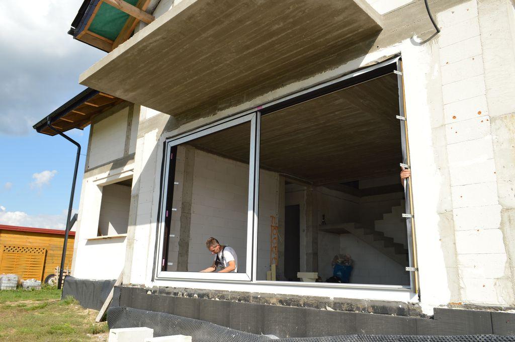 Pozycjonowanie drzwi balkonowych HST w otworze ościeża muru konstrukcyjnego
