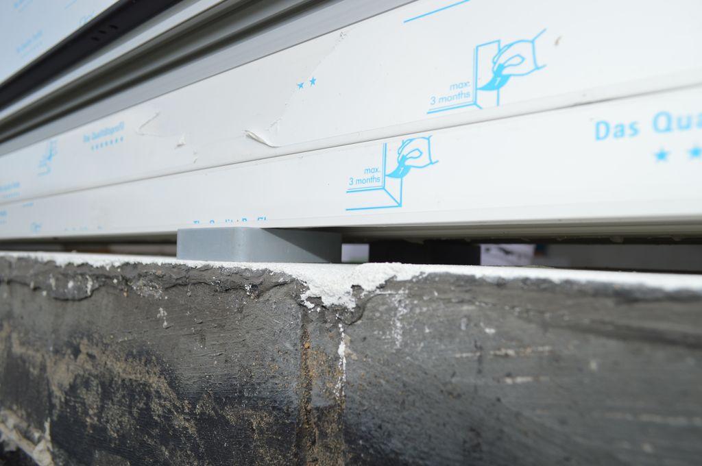 Sposób podparcia konstrukcji drzwi balkonowych HST przy użyciu litych klocków podporowych z PVC