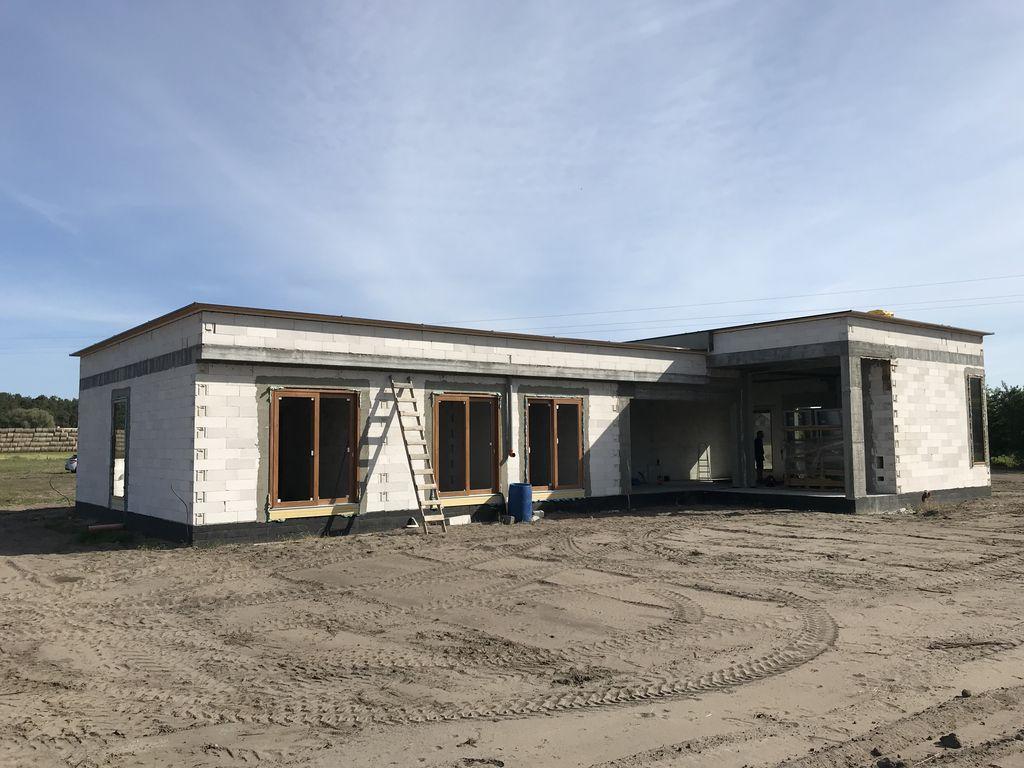 Budynek jednorodzinny. Ściany konstrukcyjne z betonu komórkowego. Okna i drzwi balkonowe z PVC.