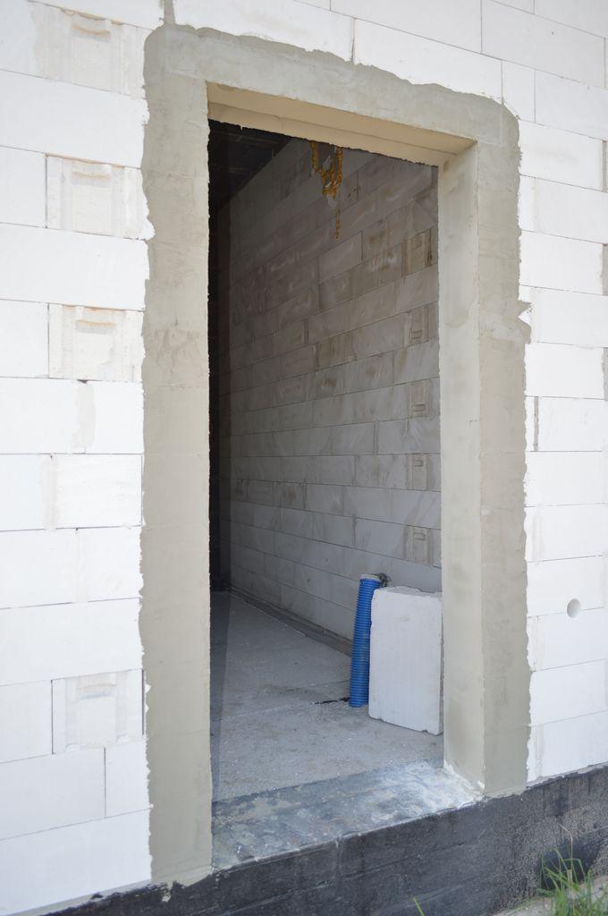 Ościeże jednoskrzydłowych drzwi balkonowych przygotowane do montażu konstrukcji okiennej.