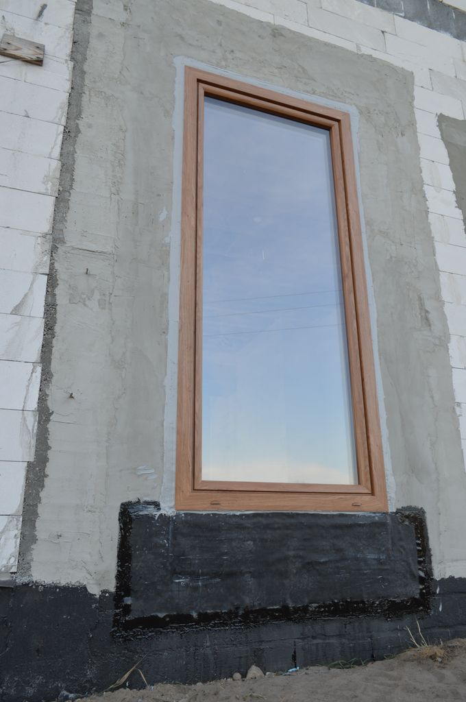 Jednoskrzydłowe drzwi balkonowe z PVC prawidłowo zamontowane i uszczelnione w ościeżu muru konstrukcyjnego z betonu komórkowego.