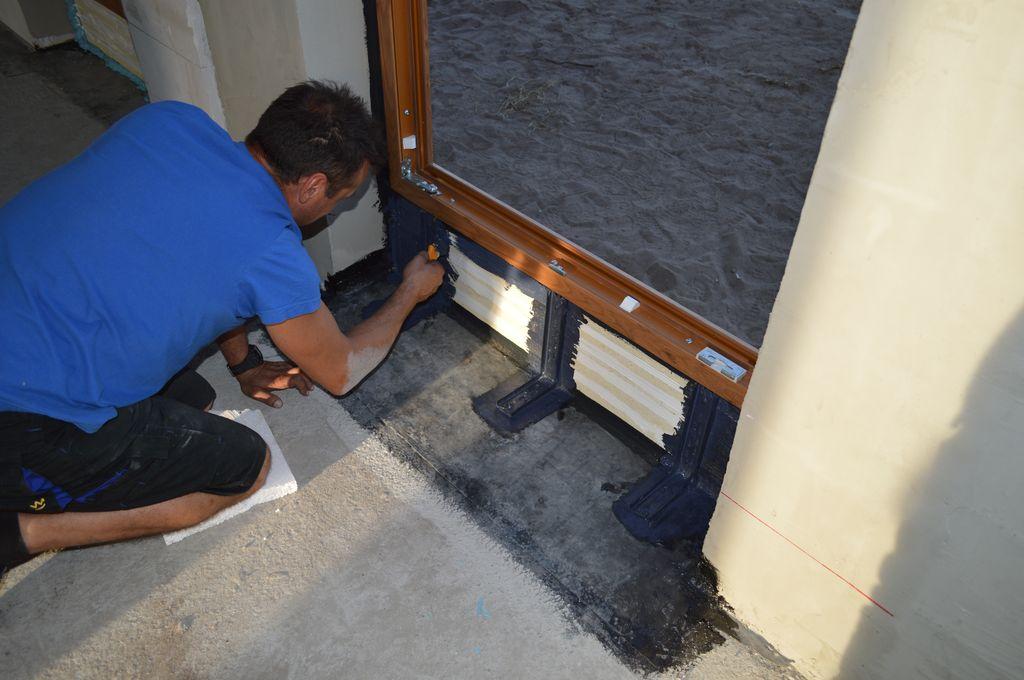 Zabezpieczenie podwaliny jednoskrzydłowych drzwi balkonowych z PVC przed wpływem wilgoci wewnętrznej i wody opadowej