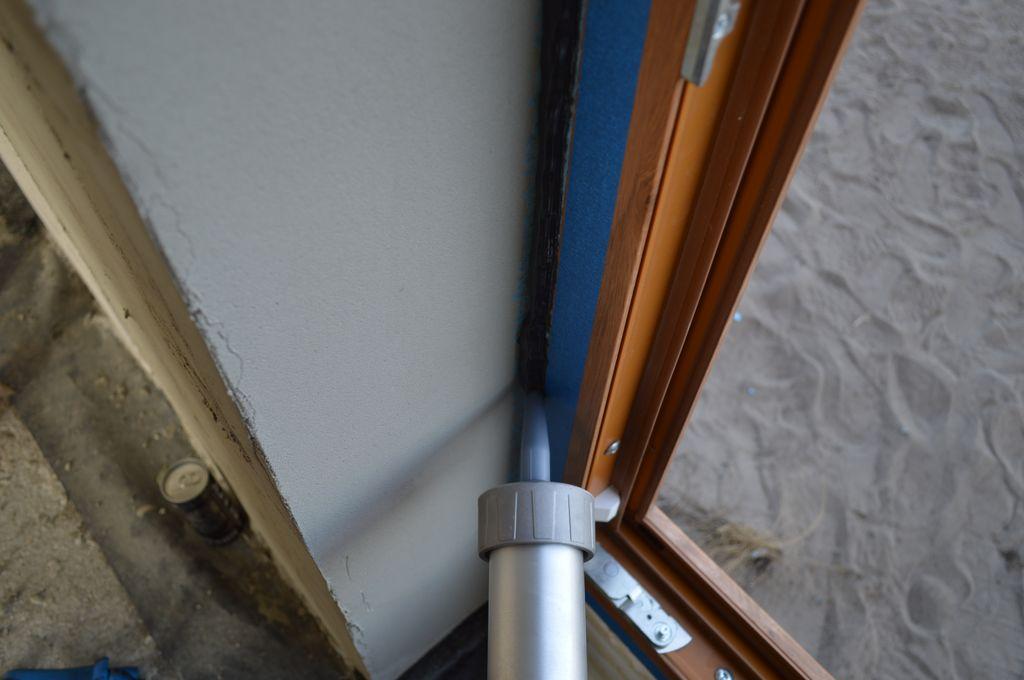 Wewnętrzne uszczelnienie połączenia drzwi balkonowych z ościeżem przy użyciu powłoki uszczelniającej
