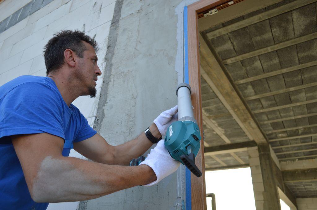 Zewnętrzne uszczelnienie połączenia drzwi balkonowych z ościeżem przy użyciu powłoki uszczelniającej