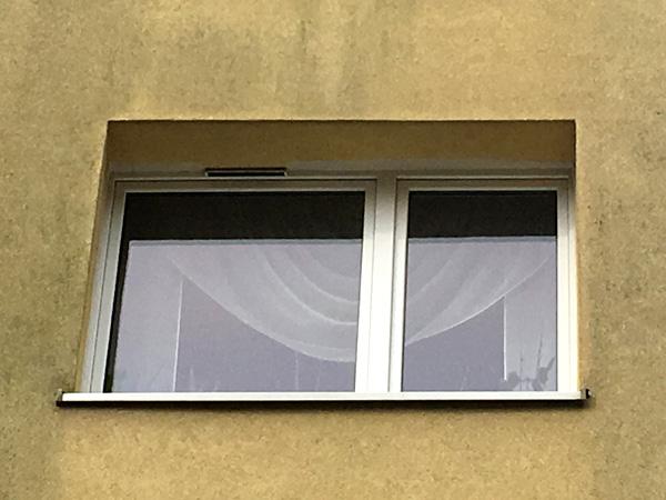Okno z nawiewnikiem powietrza w bloku