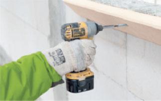 Mocowanie mechaniczne profilu instalacyjnego PR007 do ściany. Montaż okien w ociepleniu illbruck MOWO.