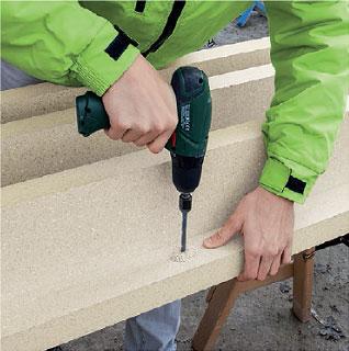 Nawiercanie otworów na śruby zabezpieczające. Montaż okien w ociepleniu illbruck MOWO.