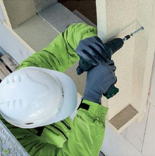Gruntowanie muru środkiem AT140. Montaż okien w ociepleniu illbruck MOWO.
