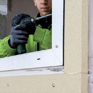 Aplikacja kleju SP340 na kątownik instalacyjny PR010. Montaż okien w ociepleniu illbruck MOWO.