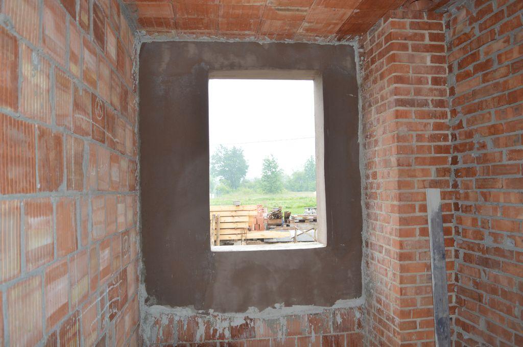 Ościeże i ściana konstrukcyjna z pustaków ceramicznych przygotowane do montażu okien