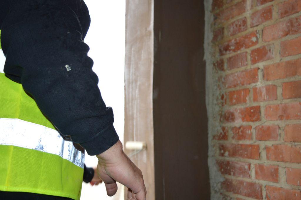Gruntowanie bocznych powierzchni ościeża ściany konstrukcyjnej z pustaków ceramicznych przygotowanego do montażu okien