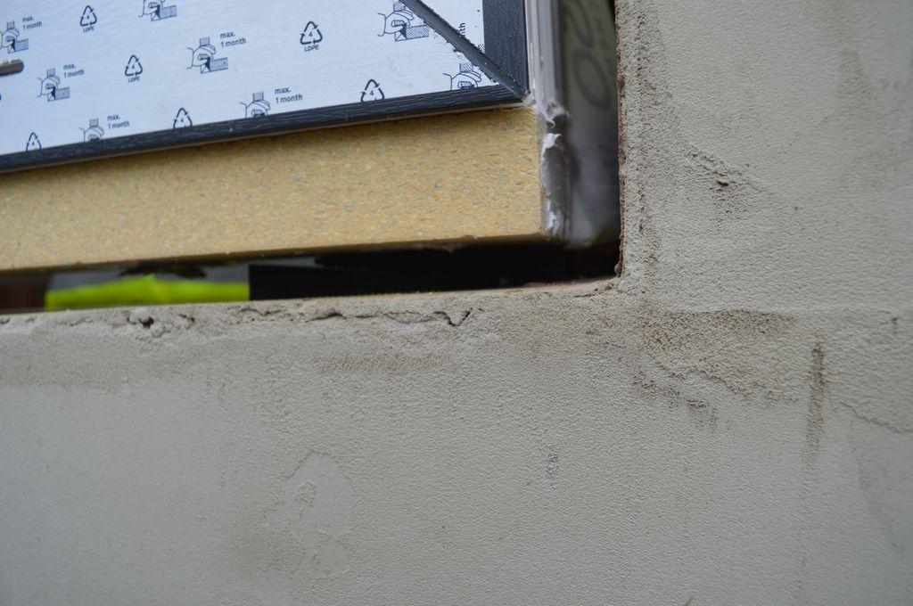 Próg ościeżnicy okna z zainstalowaną podwaliną z purenitu