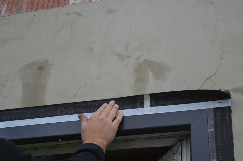 Mocowanie folii paroprzepuszczalnej do lica ramy ościeżnicy okna