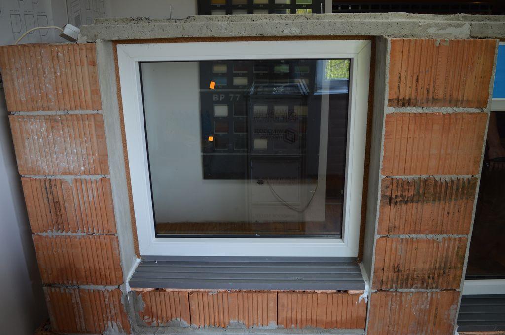 Okno zamontowane w murze z pustaków ceramicznych