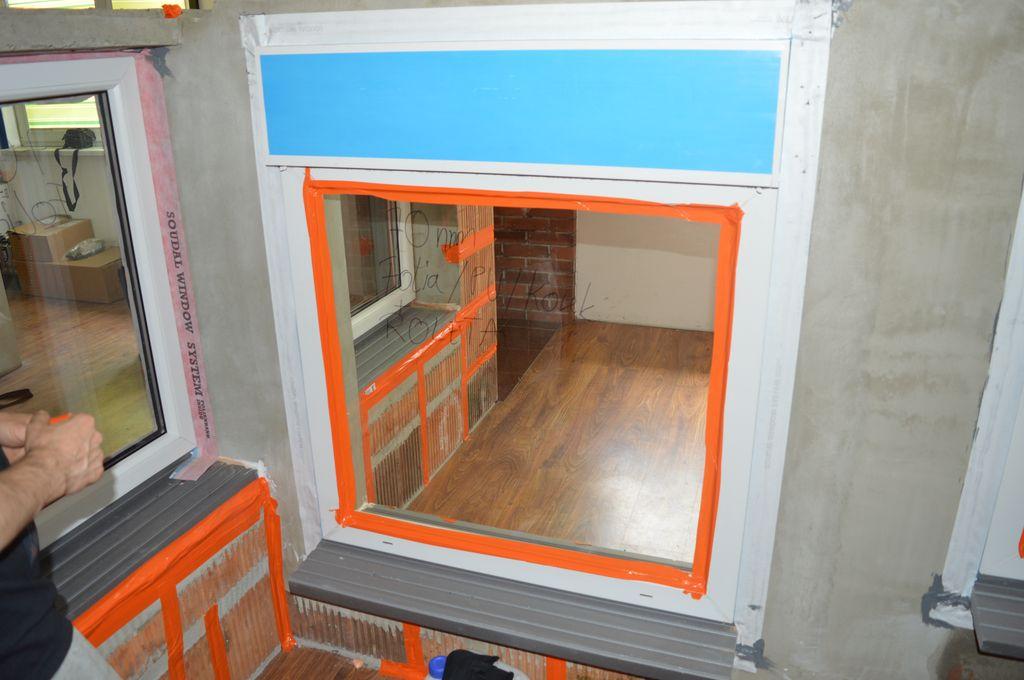 Okno z roletą nadstawną zamontowane na przygotowanym murze z pustaków ceramicznych