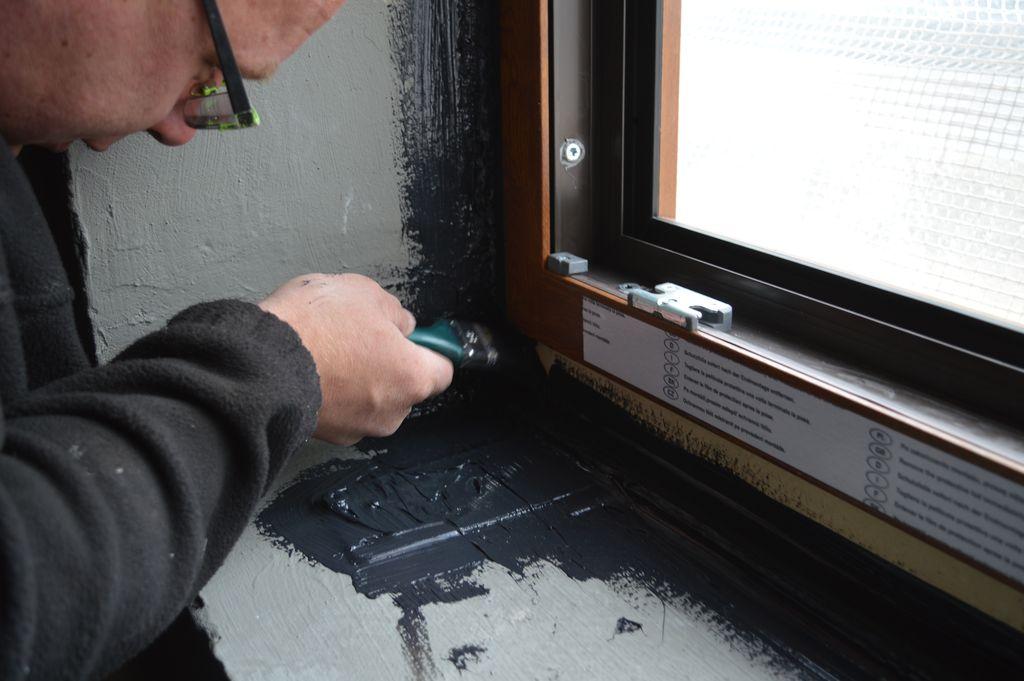 Wewnętrzne uszczelnienie połączenia okna z ościeżem przy użyciu powłoki uszczelniającej SP 925