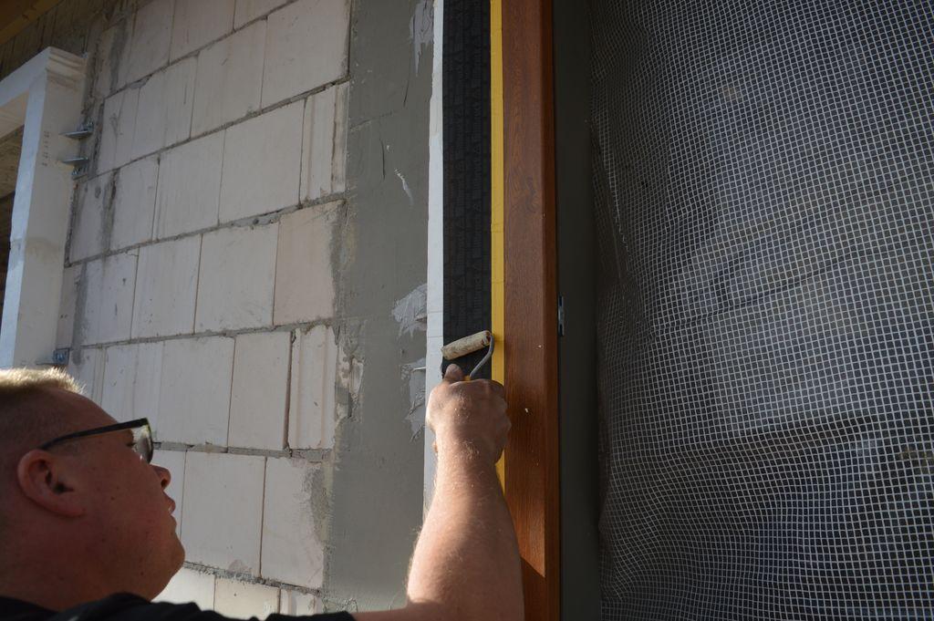 Zewnętrzne uszczelnienie połączenia okien z ościeżem przy użyciu wodoodpornej folii paroprzepuszczalnej